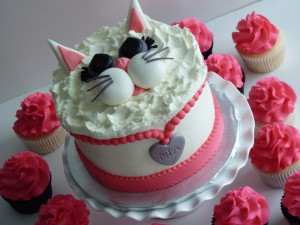 Kitty cat cake with cupcakes